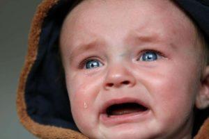 Was tun wenn eine Aktie fällt? Zuersteinmal die Tränen wegwischen und ruhig und rational handeln. Nichts überstürzen ist besonders wichtig
